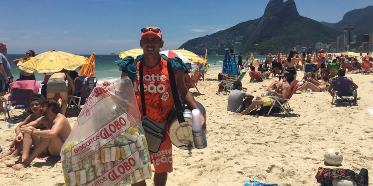 A rotina dos vendedores de mate nas praias do Rio, sob calor de 40º e com 50 kg nas costas