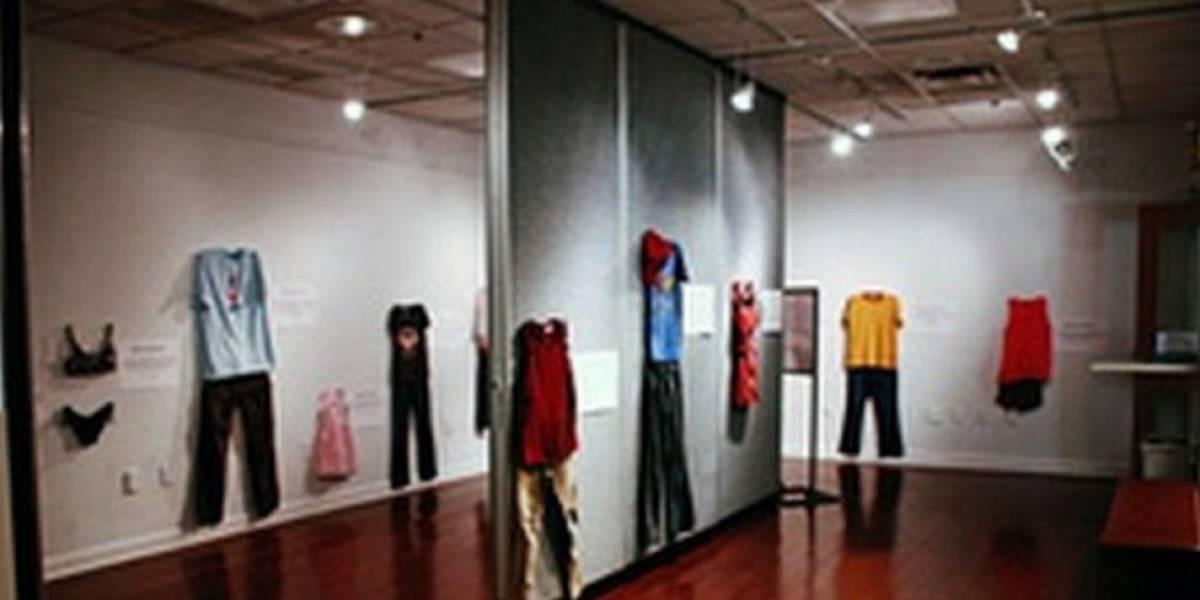 """Exposição na Bélgica traz roupas de vítimas de estupro para romper mito de """"culpa da mulher"""""""