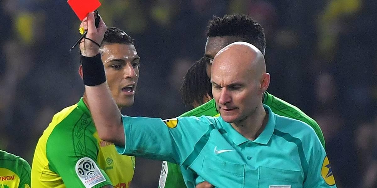 FUTBOL MUNDIAL: Árbitro agrede y expulsa a jugador en juego del PSG