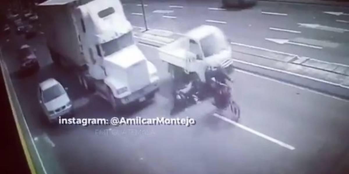"""Video: angustiantes imágenes de motociclista al que le pasa un tráiler encima y se salva """"milagrosamente"""""""