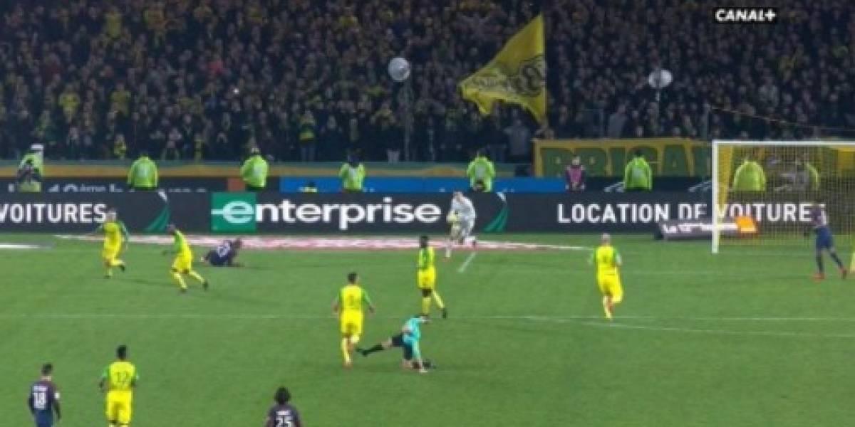 Árbitro chuta e depois expulsa brasileiro em jogo do PSG