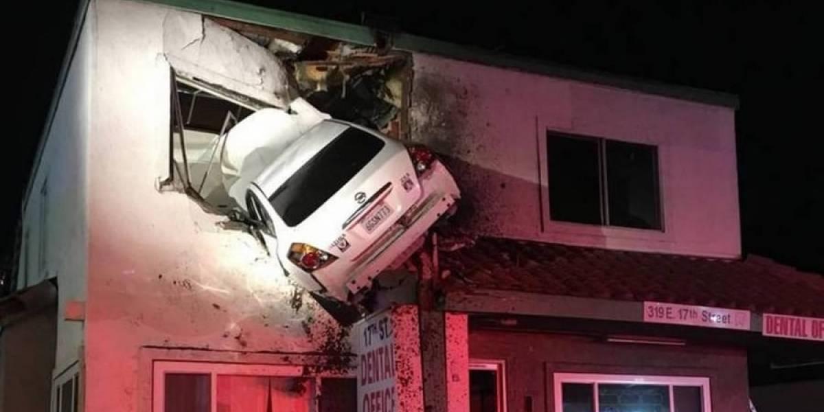 Joven bajo efecto de las drogas hizo volar su carro y lo estrelló contra un segundo piso