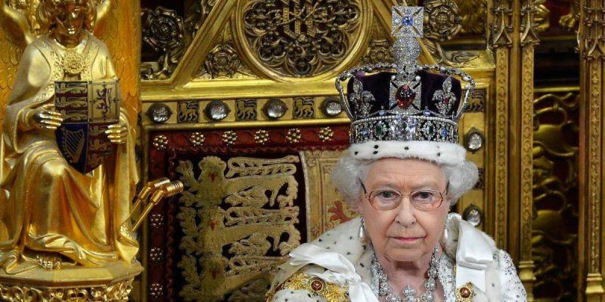 Elizabeth II conta o peso da sua coroa e revela que ela pode 'quebrar seu pescoço'