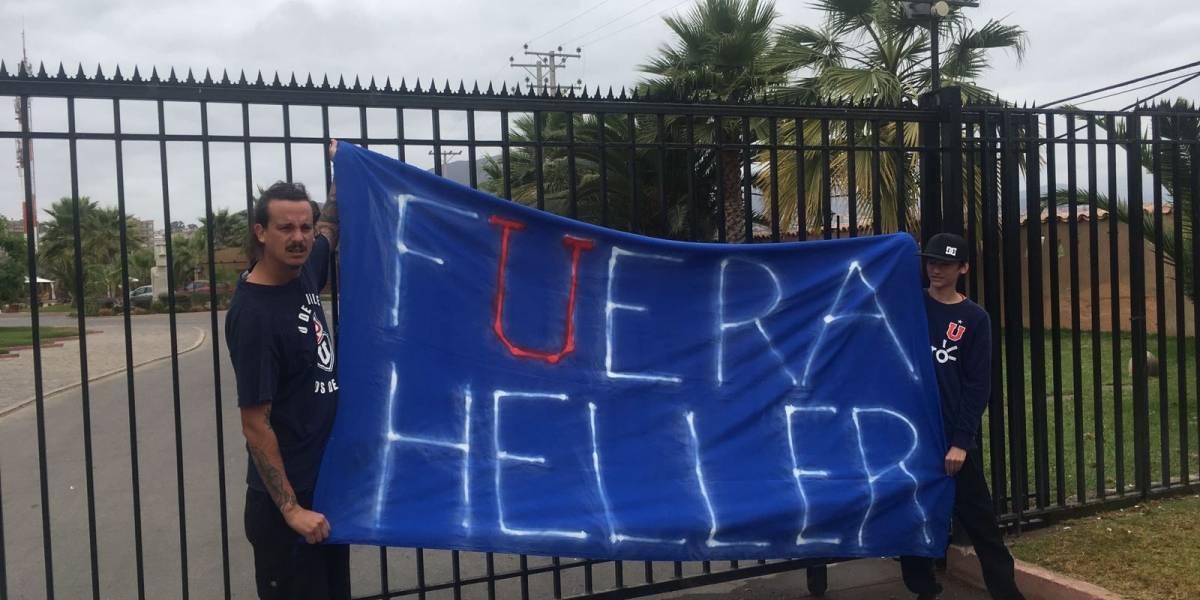 """""""Fuera Heller"""": la protesta que recibió la U afuera del hotel de concentración en La Serena"""
