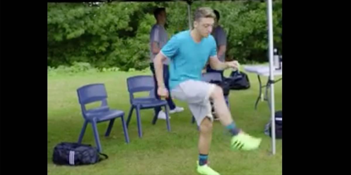 Özil faz embaixadinhas com chiclete (de bola) e acerta a câmera