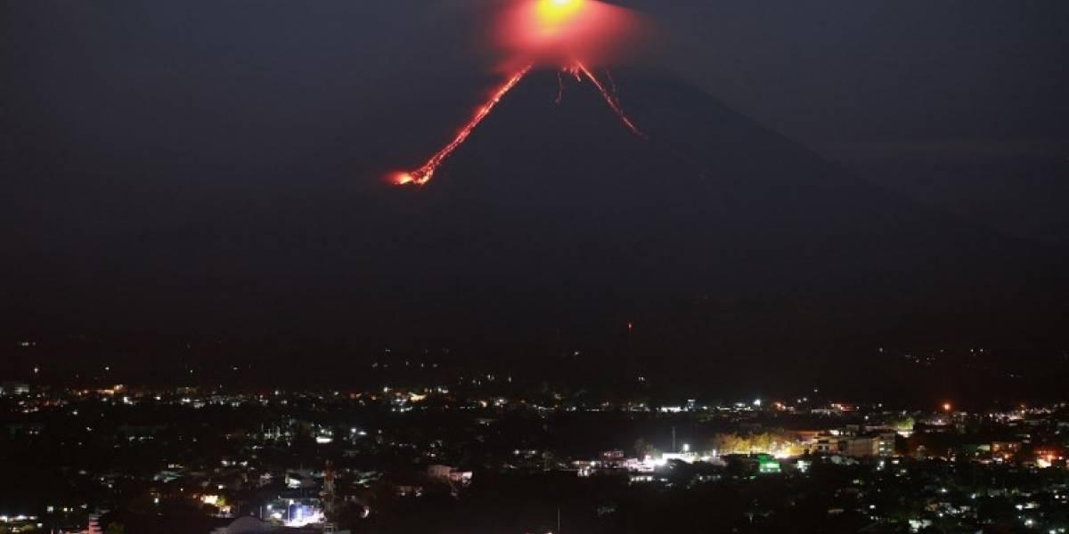 El despertar de un volcán filipino provoca la huida de miles de personas