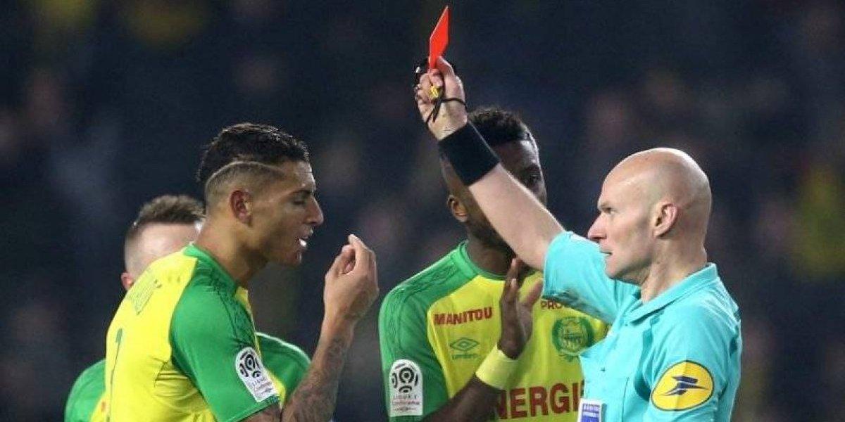 Para la risa en Francia: árbitro golpeó a jugador de Nantes y luego lo expulsó ante PSG