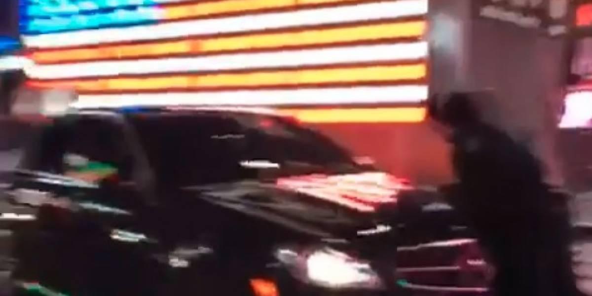 Automóvil atropella a policía en Times Square y se da a la fuga
