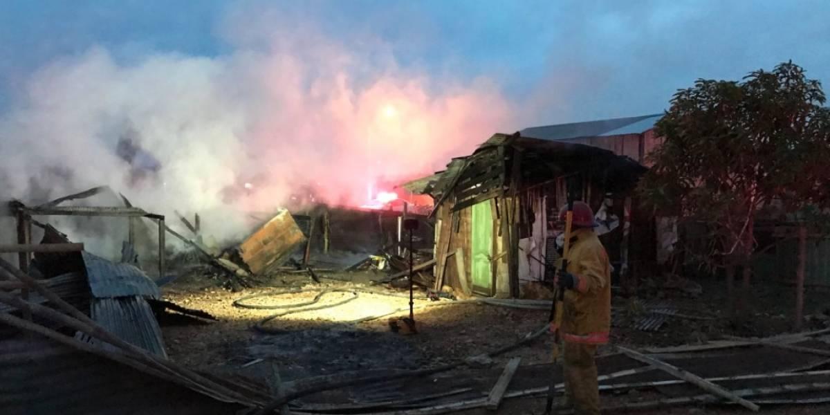 Dos casas, destruidas tras incendio en Durán