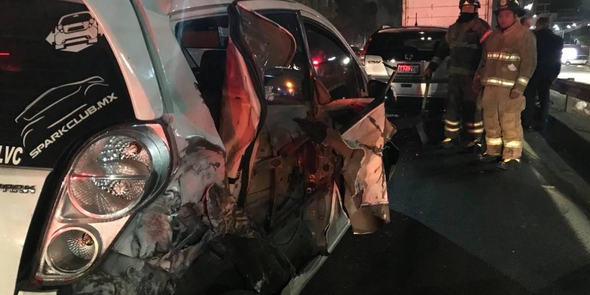 Camión de mudanzas embiste a 10 vehículos en la México-Toluca