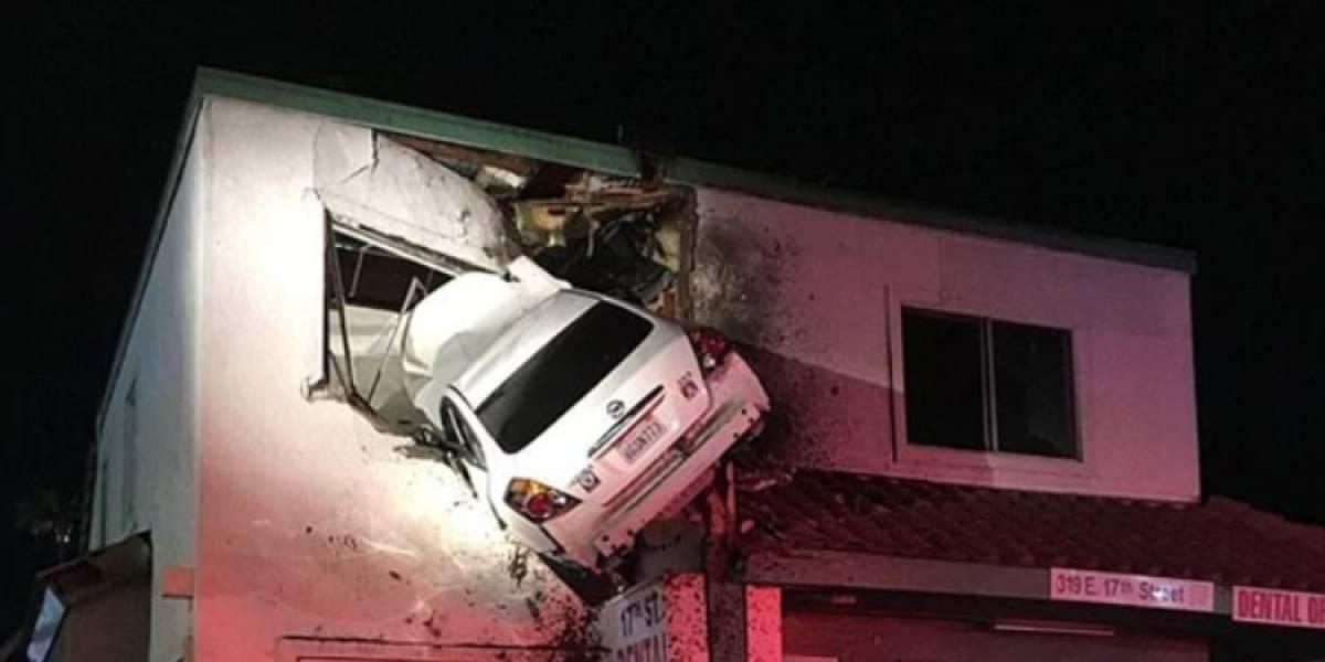 Auto terminó incrustado en el segundo piso de un edificio