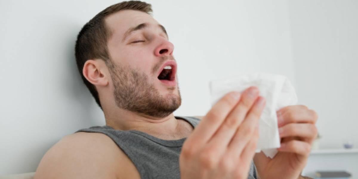 Hombre se desgarra garganta por aguantarse fuerte estornudo