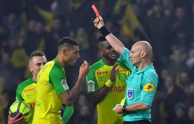 Momento en el que el árbitro Tony Chapron expulsa a Diego Carlos, del Nantes