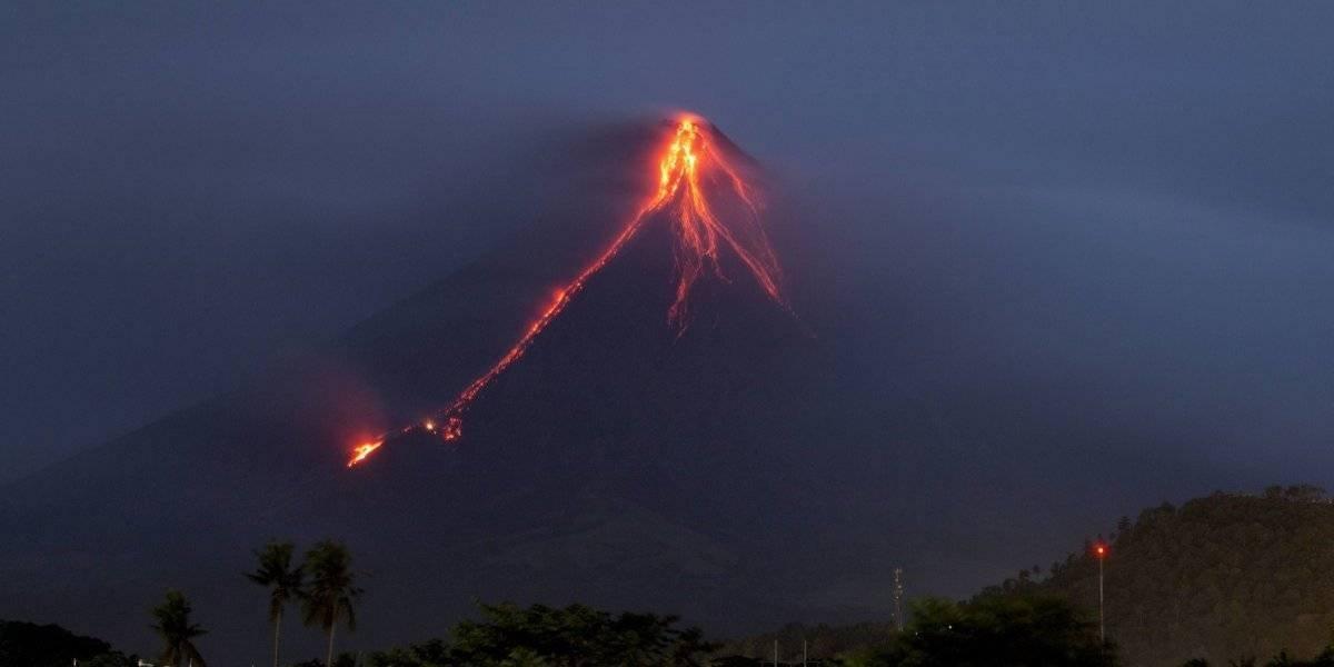 Volcán hace huir a miles de personas en Filipinas