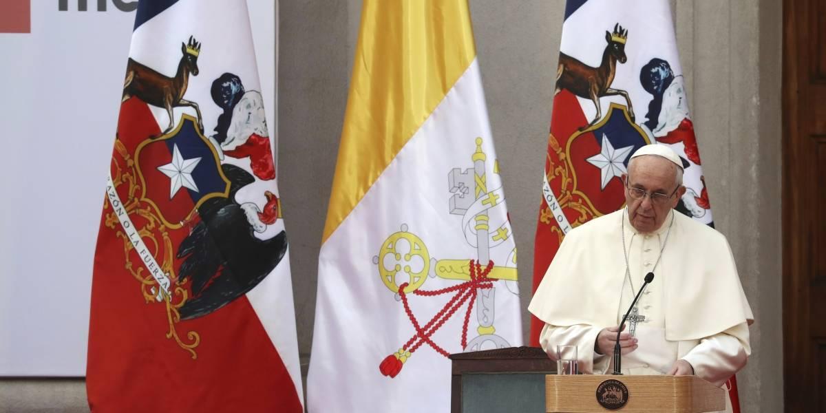Papa pide perdón por abusos sexuales de religiosos en Chile