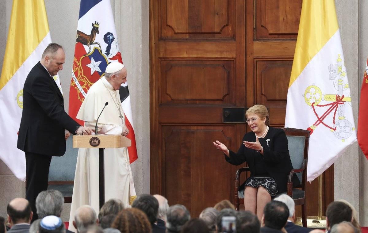 El papa Francisco y la presidenta chilena Michelle Bachelet hablan ante una reunión con autoridades del gobierno, la sociedad civil y el cuerpo diplomático en el palacio presidencial La Moneda en Santiago, Chile, martes 16 de enero de 2018. (AP Foto/Aless