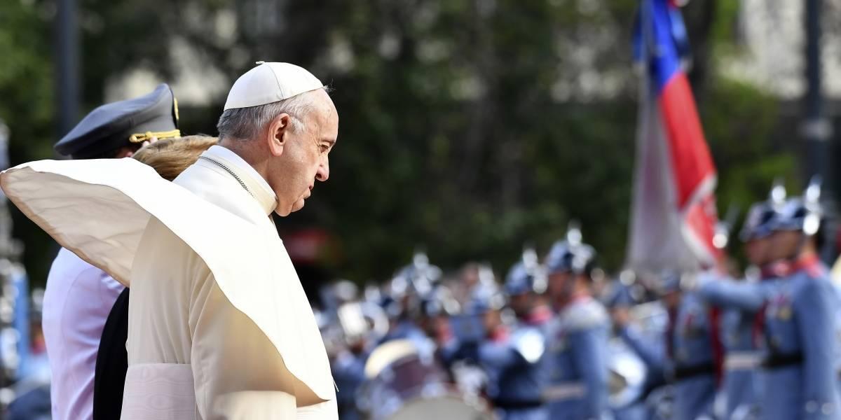 Agreden al papa Francisco en su viaje a Chile; le aventaron un periódico