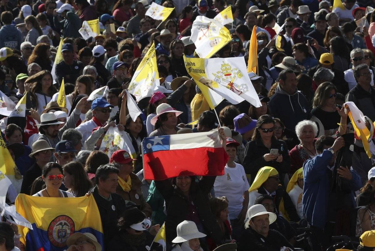 Una mujer sostiene una bandera chilena mientras espera una misa celebrada por el papa Francisco en el Parque O