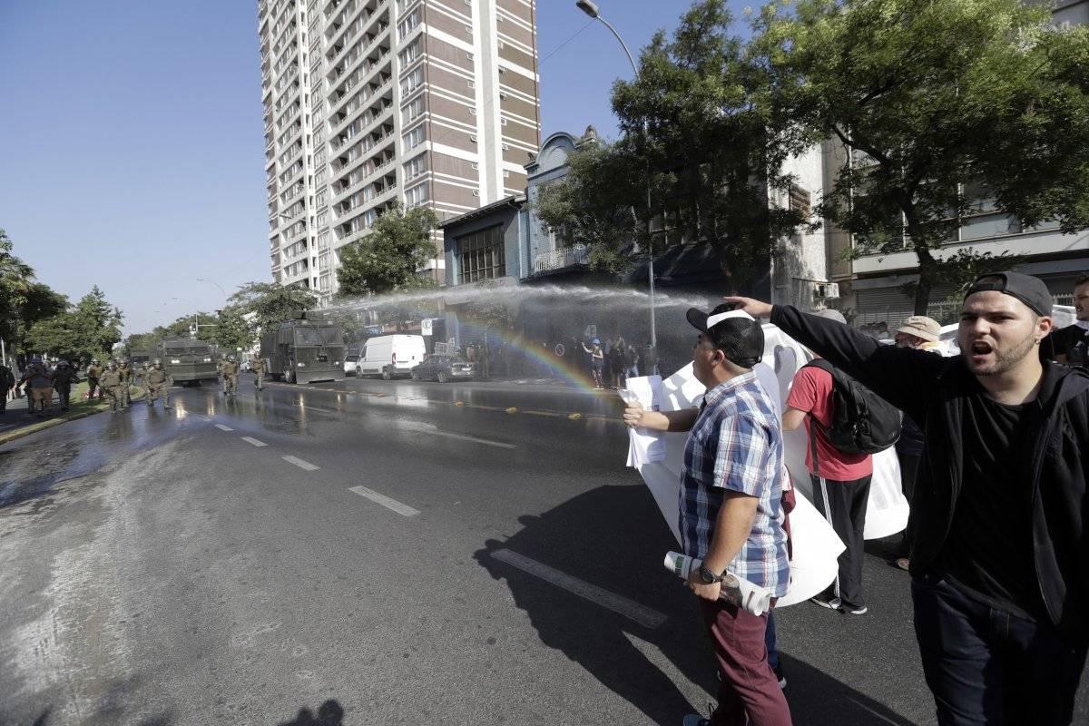 La policía chilena lanza chorros de agua para dispersar una protesta contra la visita del papa Francisco en Santiago de Chile, el martes 16 de enero del 2018. (AP Foto/Víctor R. Caivano)