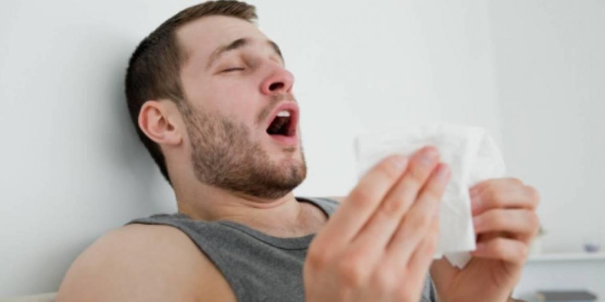 """Doctores escucharon """"crujidos en el cuello"""" y encontraron burbujas de aire en el pecho: Hombre se desgarra garganta por aguantarse fuerte estornudo"""