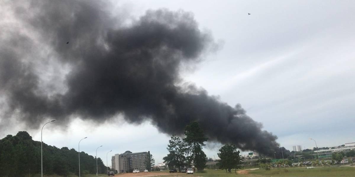 Incêndio atinge terreno ao lado do aeroporto de Cumbica
