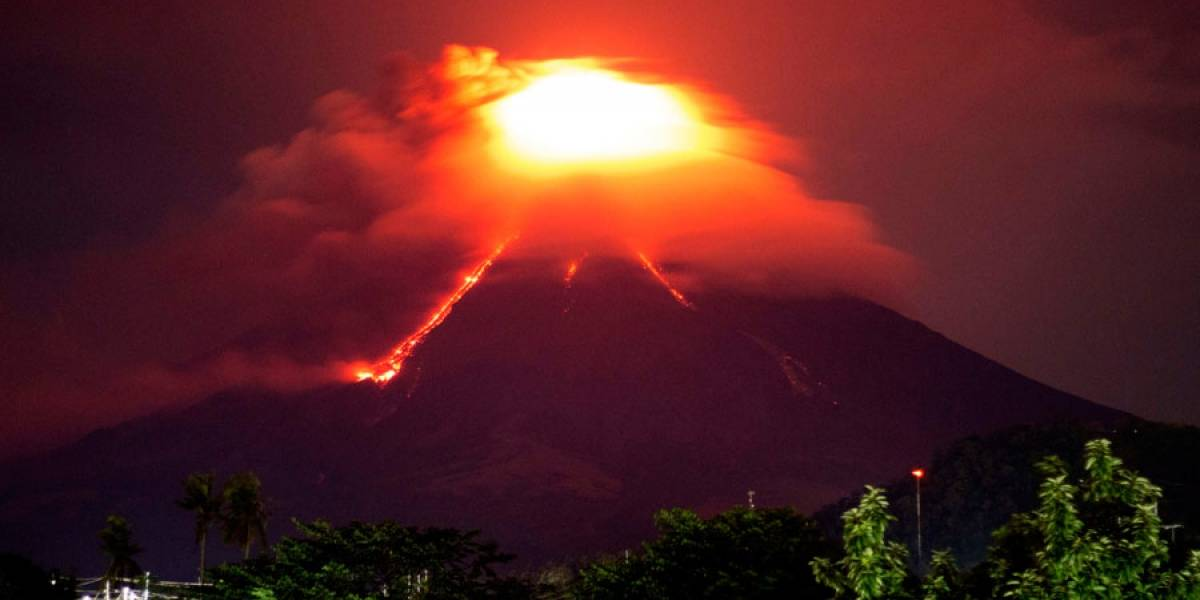 VIDEO. Lava incandescente desciende de volcán Mayón en Filipinas