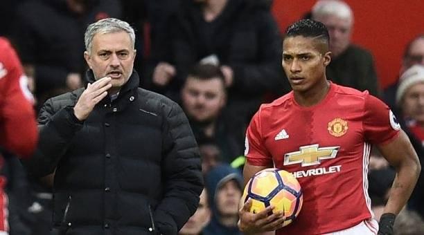José Mourinho aplaude el golazo que hizo Antonio Valencia