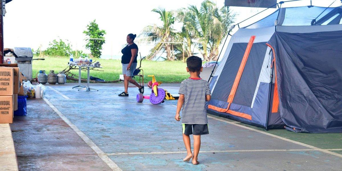 Familias aún viven en casetas de acampar