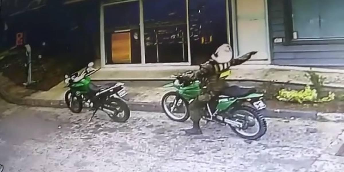 """""""Como motorista un 7, como equilibrista un 1"""": carabinero cayó de su moto y video se vuelve viral"""