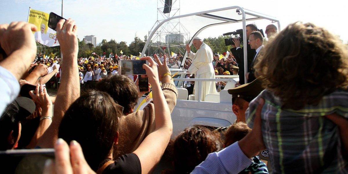 Desmayos, falta de café y vista tapada: así fue el lado B de la homilía del Papa en Chile