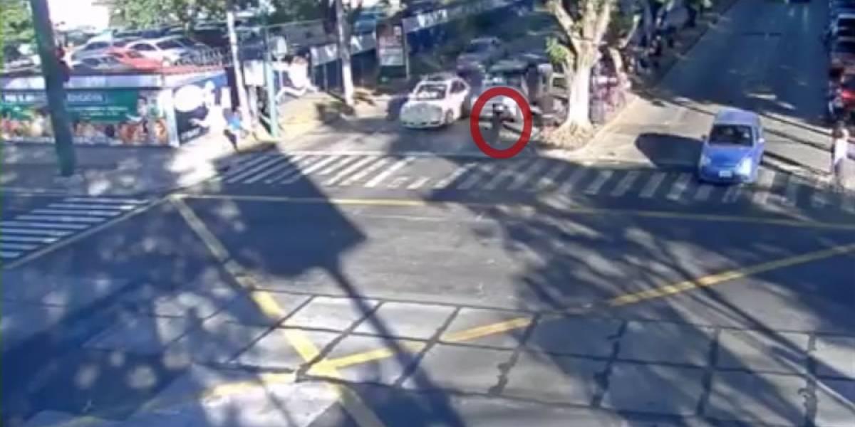 VIDEO. Peatón que al parecer cruza la calle inapropiadamente es atropellado por pick-up