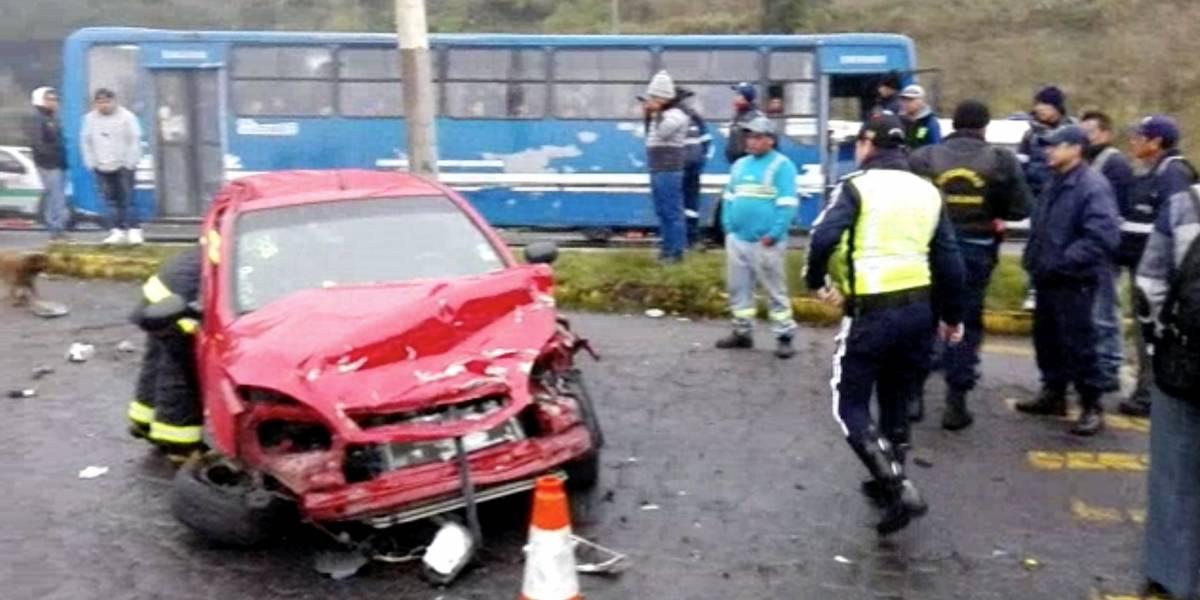 Dos muertos tras accidente en la Simón Bolívar en Quito