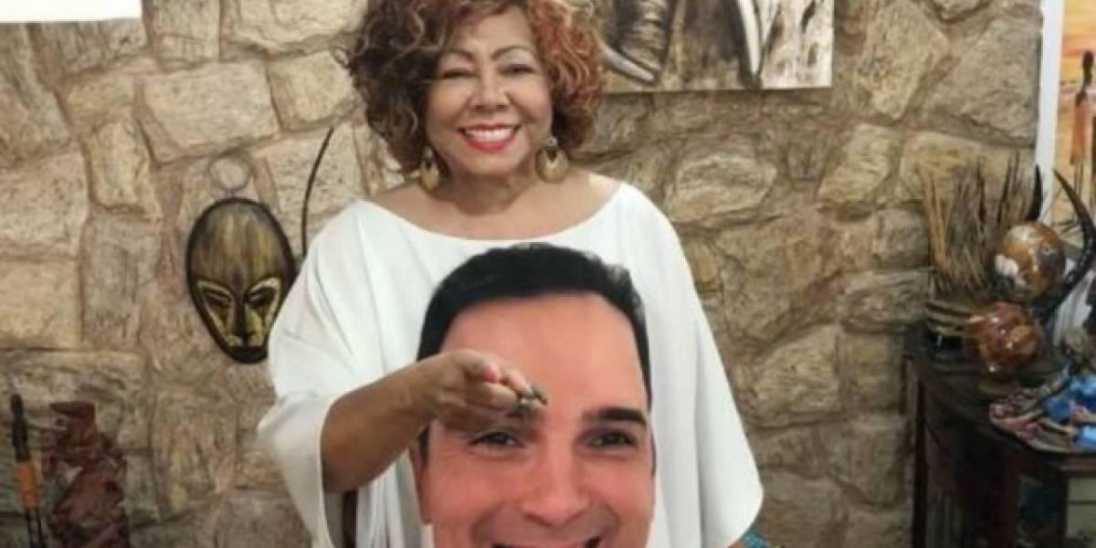 Tadeu Schmidt dá camiseta com seu rosto estampado para Alcione
