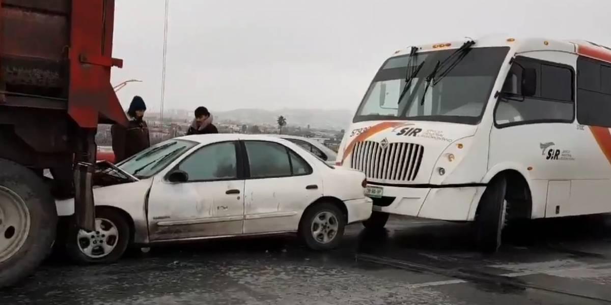 Pavimento congelado provoca carambola de 28 autos en Monterrey