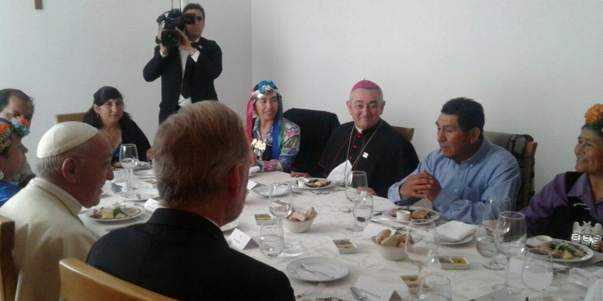 """Asistente a almuerzo del Papa en Temuco revela detalles de la cita: """"Está preocupado por el tema de la machi Linconao"""""""