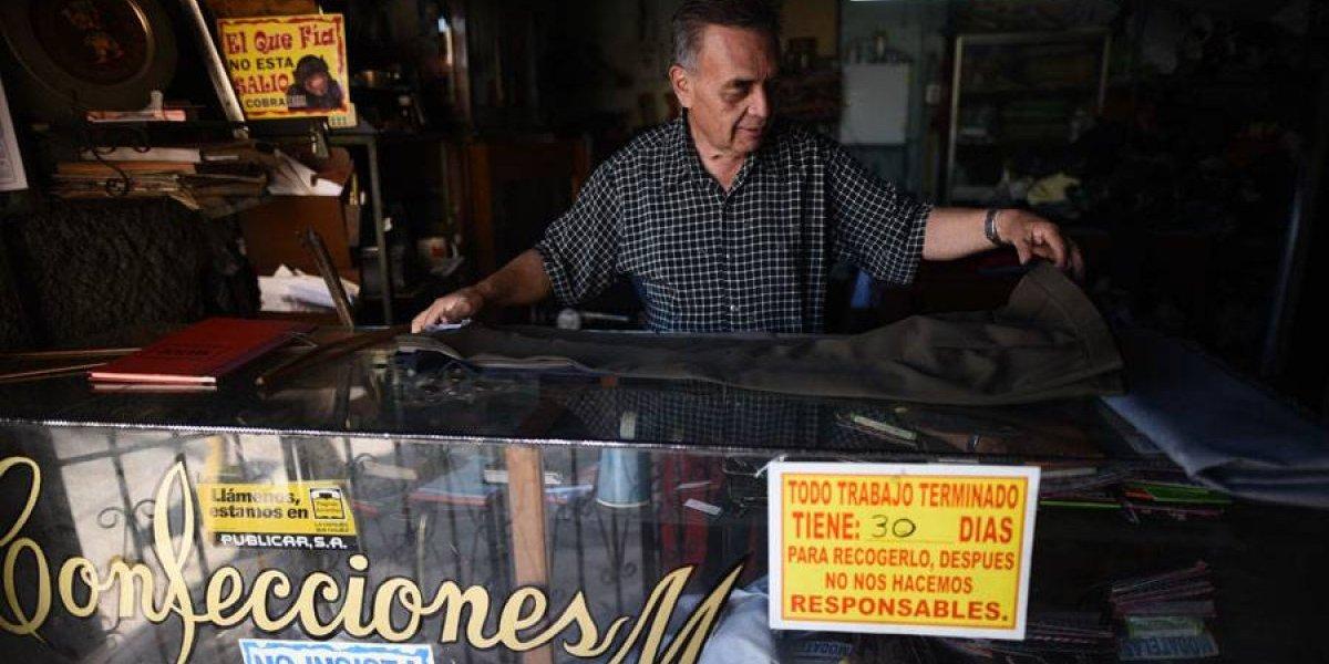 Don Douglas Monzón, una vida a punta de hilo y aguja