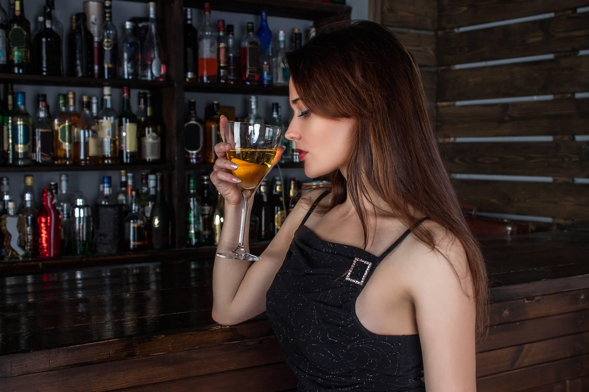 El país que prohíbe vender alcohol a las mujeres en pleno siglo XXI