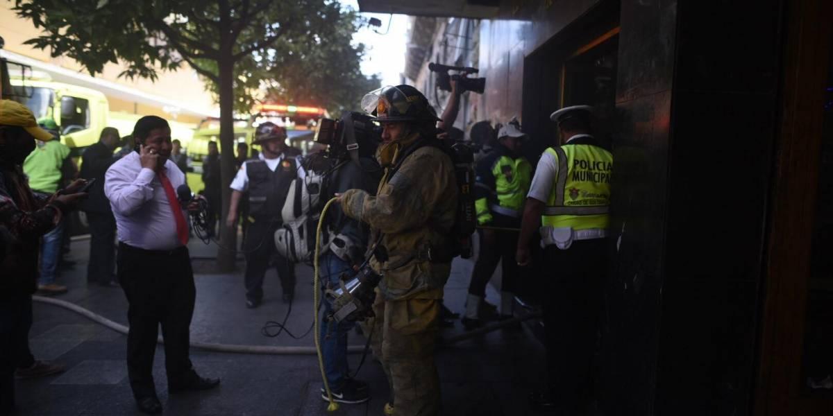 EN IMÁGENES. Se incendia edificio de apartamentos en la sexta avenida de la zona 1
