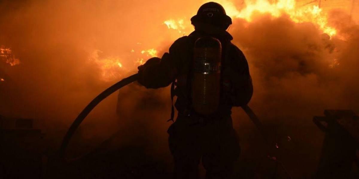 Socorristas utilizan miles de galones de agua para apagar incendio en recicladora