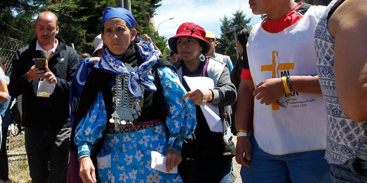 """Carta de machi Linconao al Papa acusa violento ataque: """"Me despojaron de mi vestimenta tradicional, lo que vulneró mi dignidad"""""""