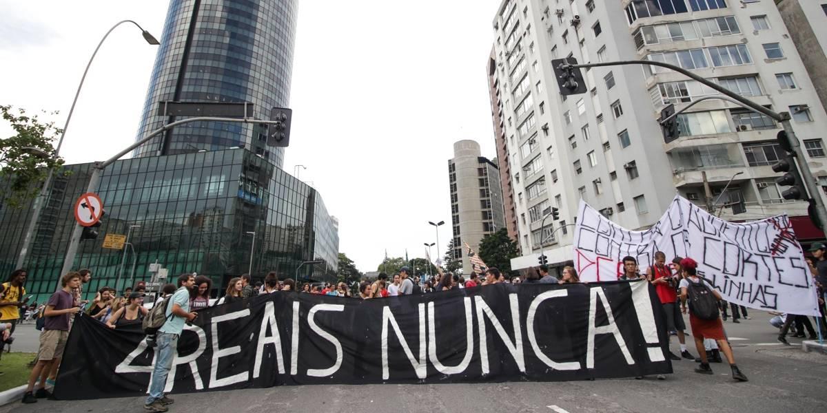 Movimento Passe Livre muda local de manifestação após bloqueio policial