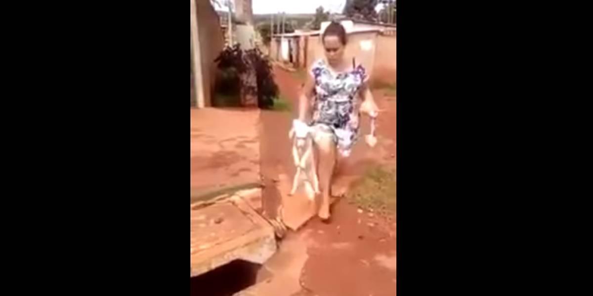 Mulher é flagrada por vizinhos jogando cachorro em bueiro