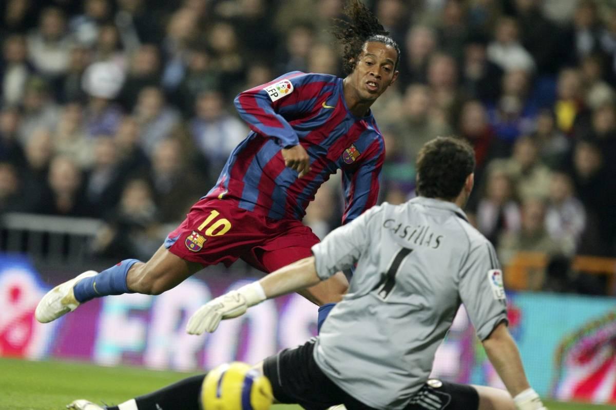 Ronaldinho vence Casillas, do Real, e marca para o Barcelona, em 2005 Denis Doyle/Getty Images