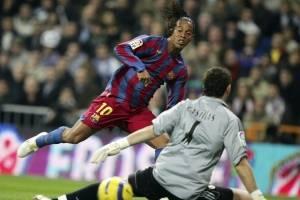 Ronaldinho vence Casillas, do Real, e marca para o Barcelona
