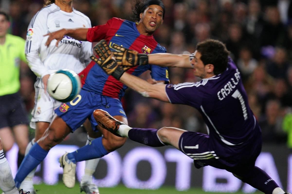 Ronaldinho vence Casillas, do Real, e marca para o Barcelona, em 2007 Denis Doyle/Getty Images