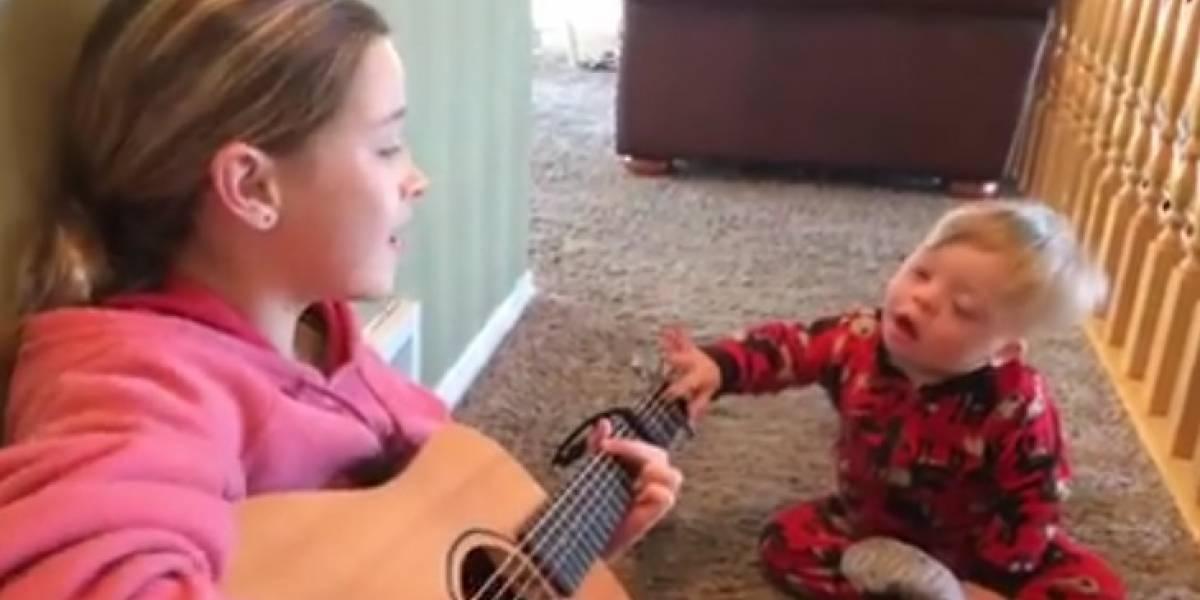 Menino com Down encanta a internet ao cantar 'You Are My Sunshine' com sua irmã
