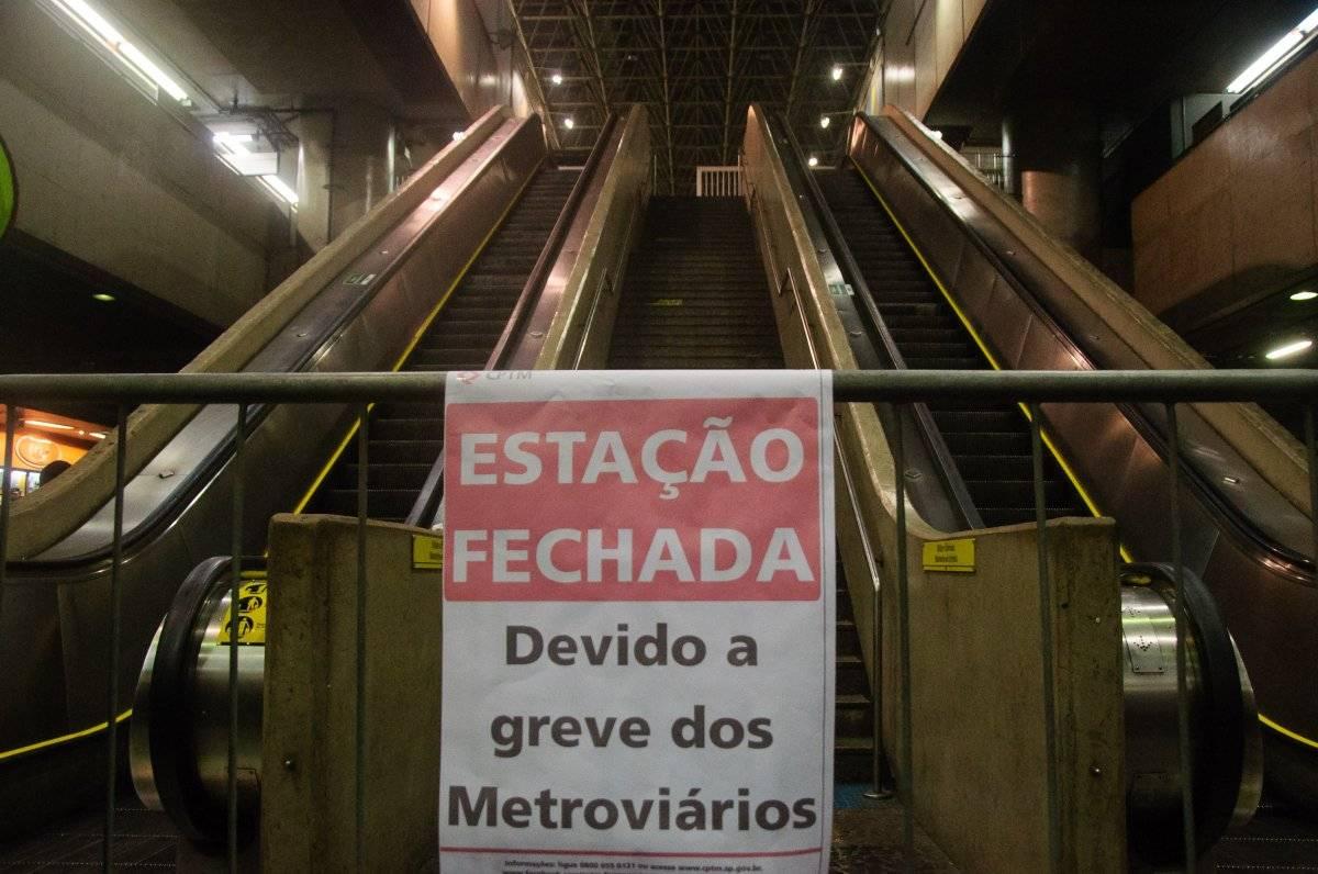 Cartaz sinalizando o fechamento da estação | Peter Leone/futura Press