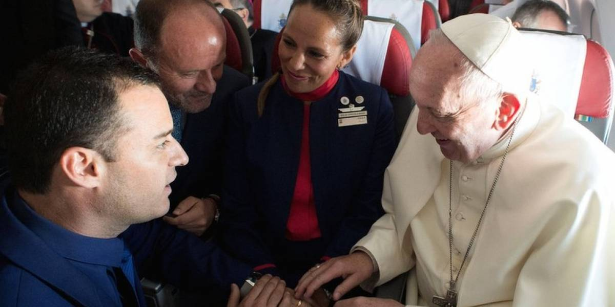 El Papa Francisco casó a una pareja en pleno vuelo a Iquique