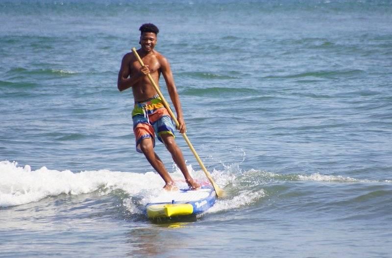 Beto es otro de los jóvenes de Juanchaco que se enamoró del paddleboarding. Foto: Cortesía