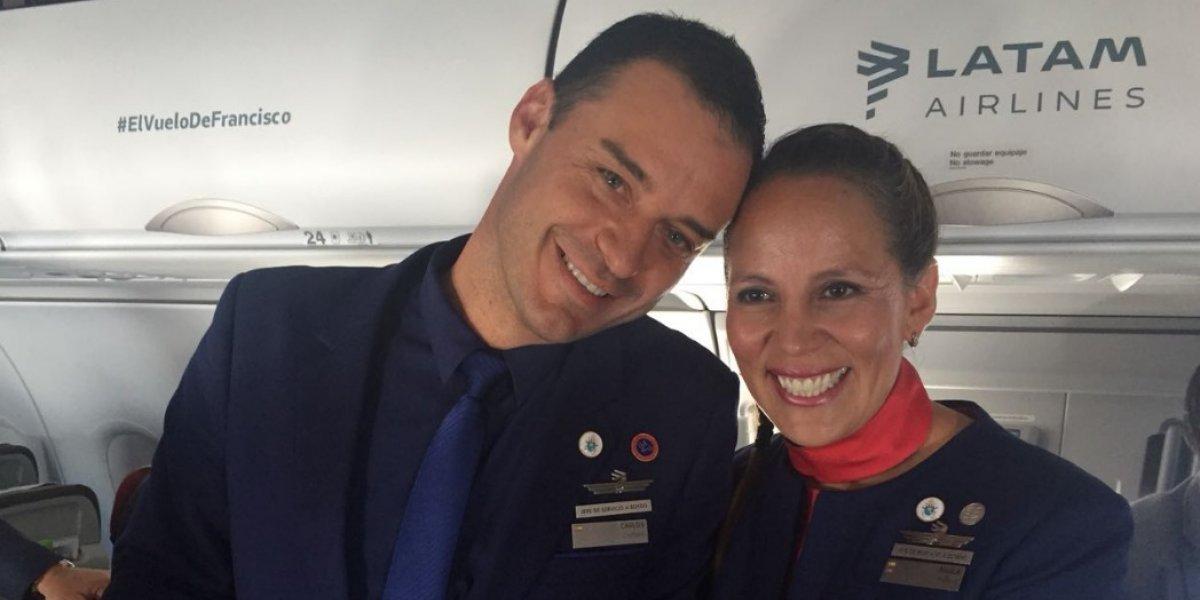 Mueran de envidia enamorados: papa Francisco casó a una pareja chilena en pleno vuelo a Iquique